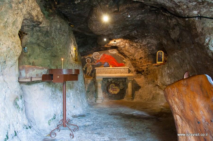 Пещера - грот Иоанна Крестителя в монастыре Иоанна Предтече в пучтыне. Экскурсия в монастыри в Иудейских горах Светланы Фиалковой.