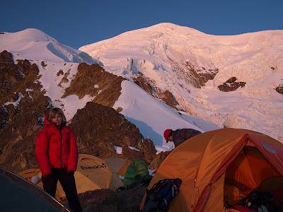 Camp d'alçada, amb el cim de l'Illimani al fons