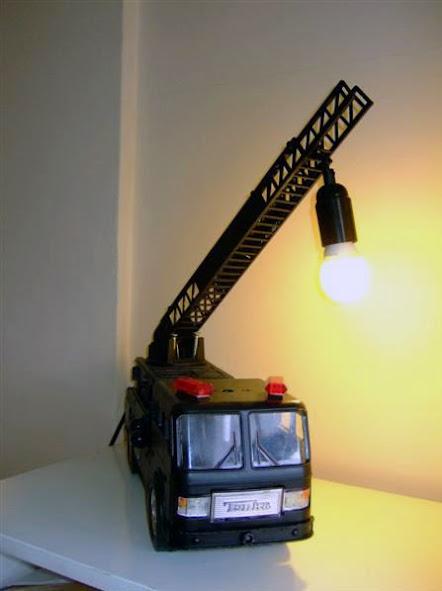 Un camión de juguete reciclado como lámpara.