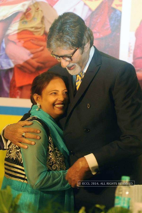 Amitabh Bachchan hugs Sadav Parveen, CMC (Community Mobilization Co-ordinator), UNICEF, during the UNICEF event.
