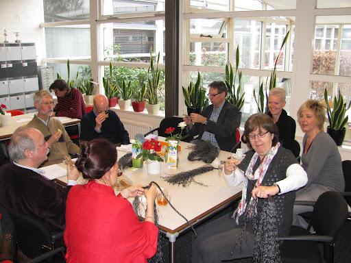 09 feb leraren werken aan de pruiken in de docentenkamer (2).JPG