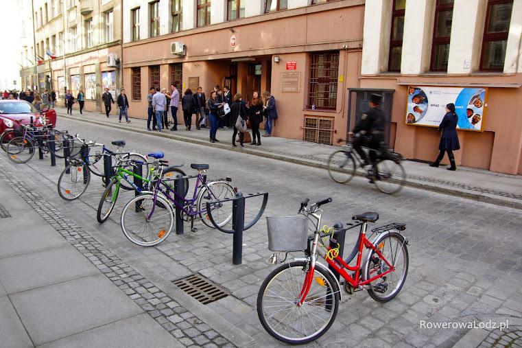Parking rowerowy w jezdni przed budynkami Uniwersytetu.