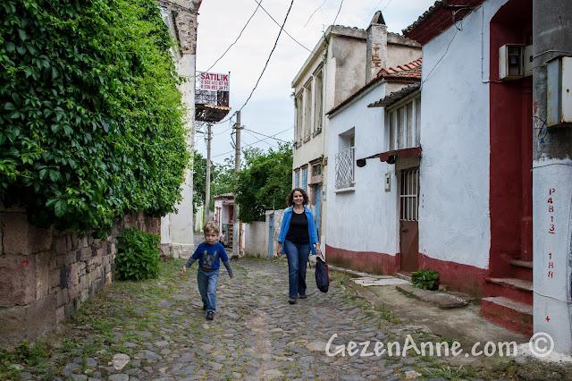 Cunda'nın güzel sokaklarında yürürken