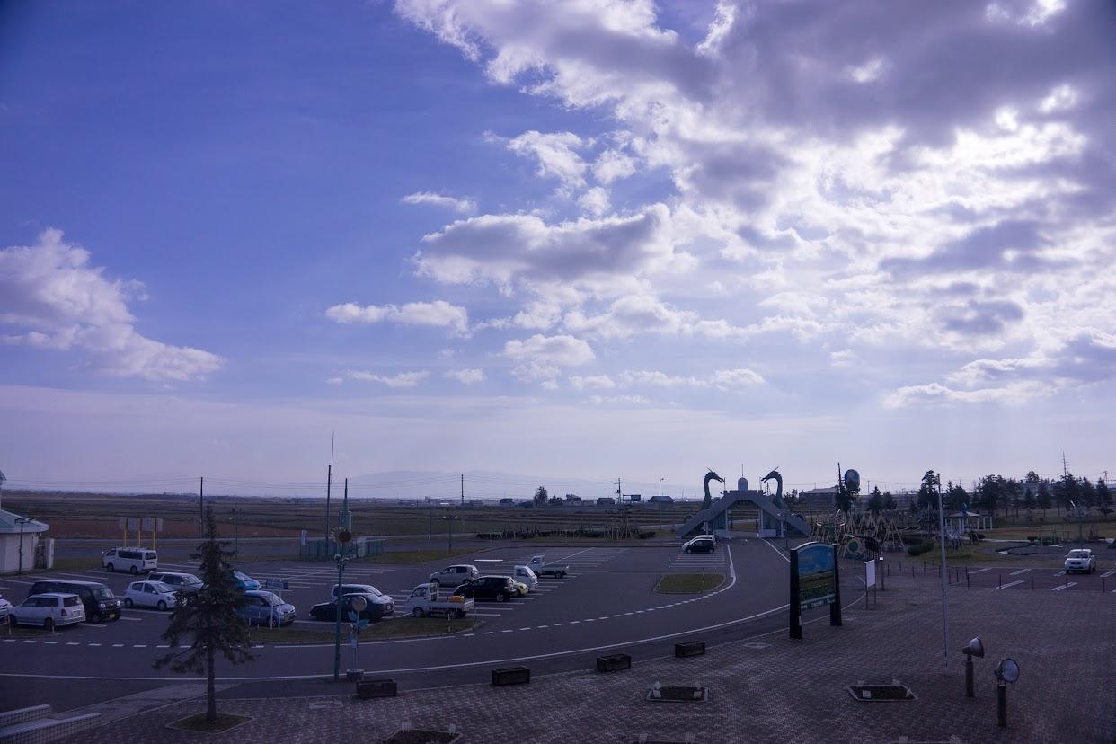 サンフラワーパーク北竜温泉から駐車場を眺めて