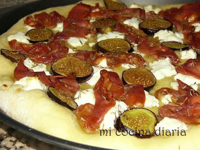 Focaccia con queso de cabra, higos y jamón curado (Фокачча с козьим сыром, инжиром и сыровяленным окороком)