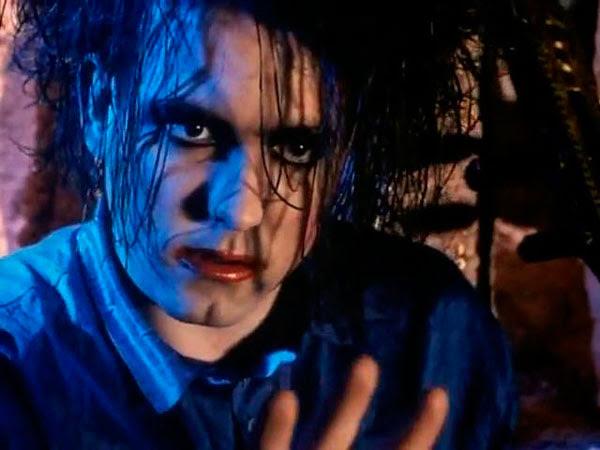 Robert Smith en el videoclip del Lovesong The Cure