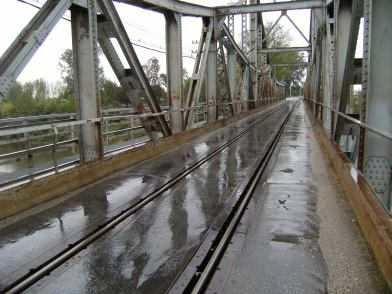 Zug, Auto, Rad, Fußgänger: Vielzweckbrücke über die Velika Morava (Велика Морава; deutsch: Große Morava) bei Požarevac