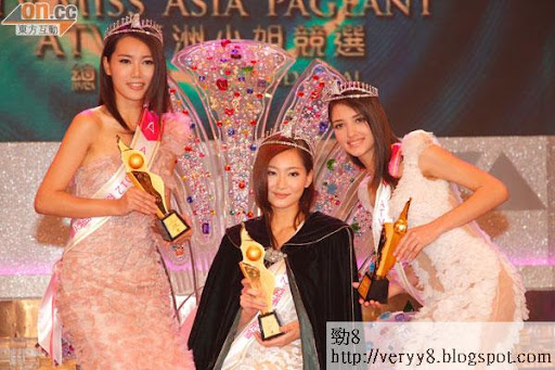 《2012亞洲小姐競選總決賽》陳彥蓉(中)當知道奪冠時表現愕然,左為亞軍齊真晨,右為季軍3號絲域蘭娜.古拉高華。