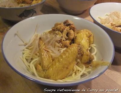 Soupe vietnamienne de curry de poulet jaune - avant l'ajout du bouillon