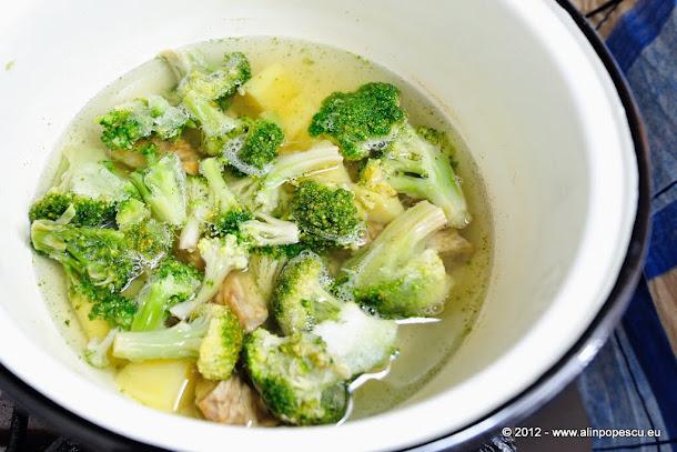 Supa crema de brccoli cu branza cu mucegai nobil