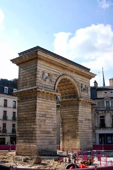 Дижон достопримечательности - триумфальная арка
