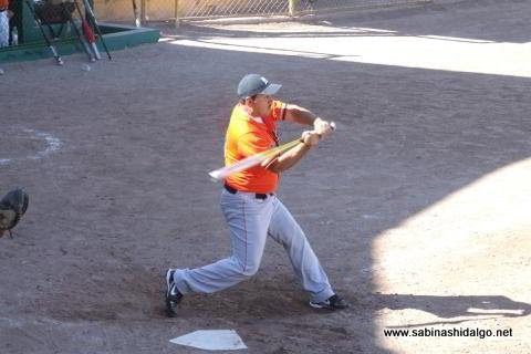 Edgar Castellanos de Burócratas A en el softbol dominical