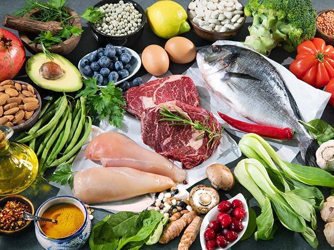 Nüsse, Fisch, Fleisch und Gemüse liefern wenige BE und sollten bei Diabetes daher regelmäßig auf dem Speiseplan stehen