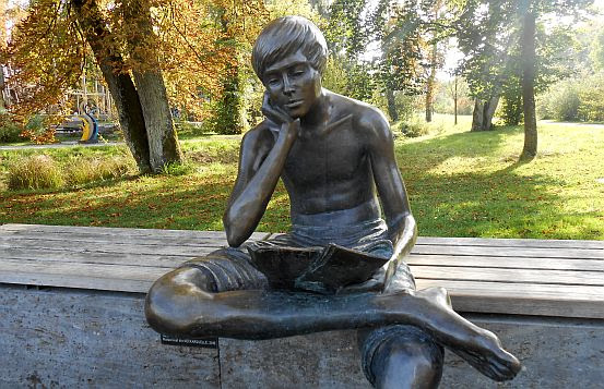 Bronze-Skulptur aus dem Jahr 2010 zur Landesgartenschau geschaffen von Herbert Wurm: Zeitungsleser Matze an der neuen Neckarquelle in (Villingen-)Schwenningen