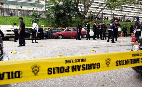 PASUKAN Polis Forensik membuat siasatan apabila berlaku letupan ketiga yang mengakibatkan kerosakan sebuah kereta di luar Mahkamah Kuala Lumpur Jalan Duta selepas keputusan kes liwat Datuk Seri Anwar Ibrahim.