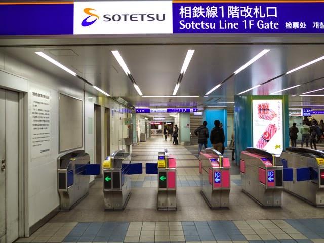 相鉄線横浜駅の1Fメイン改札。奥には星のうどんが見える