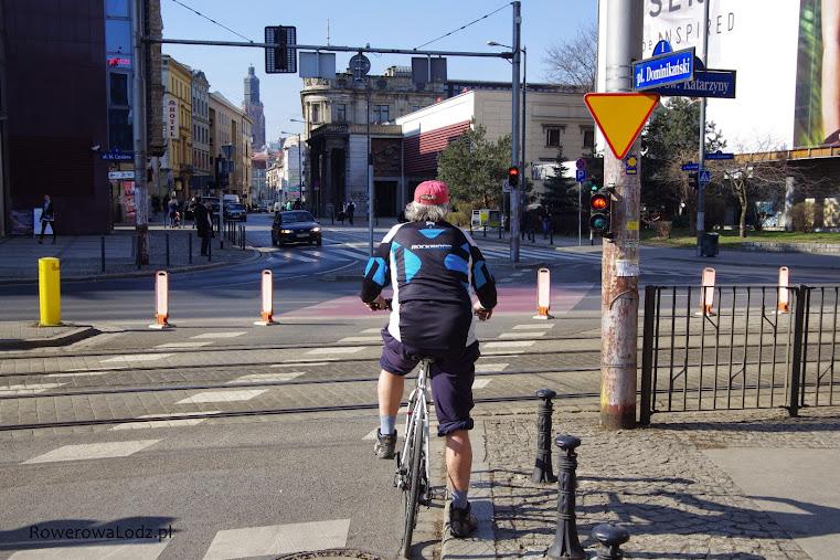 Sygnalizator świetlny mówi kiedy można ruszyć, znak drogowy pokazuje że rowerzysta musi ustąpić pierwszeństwa.