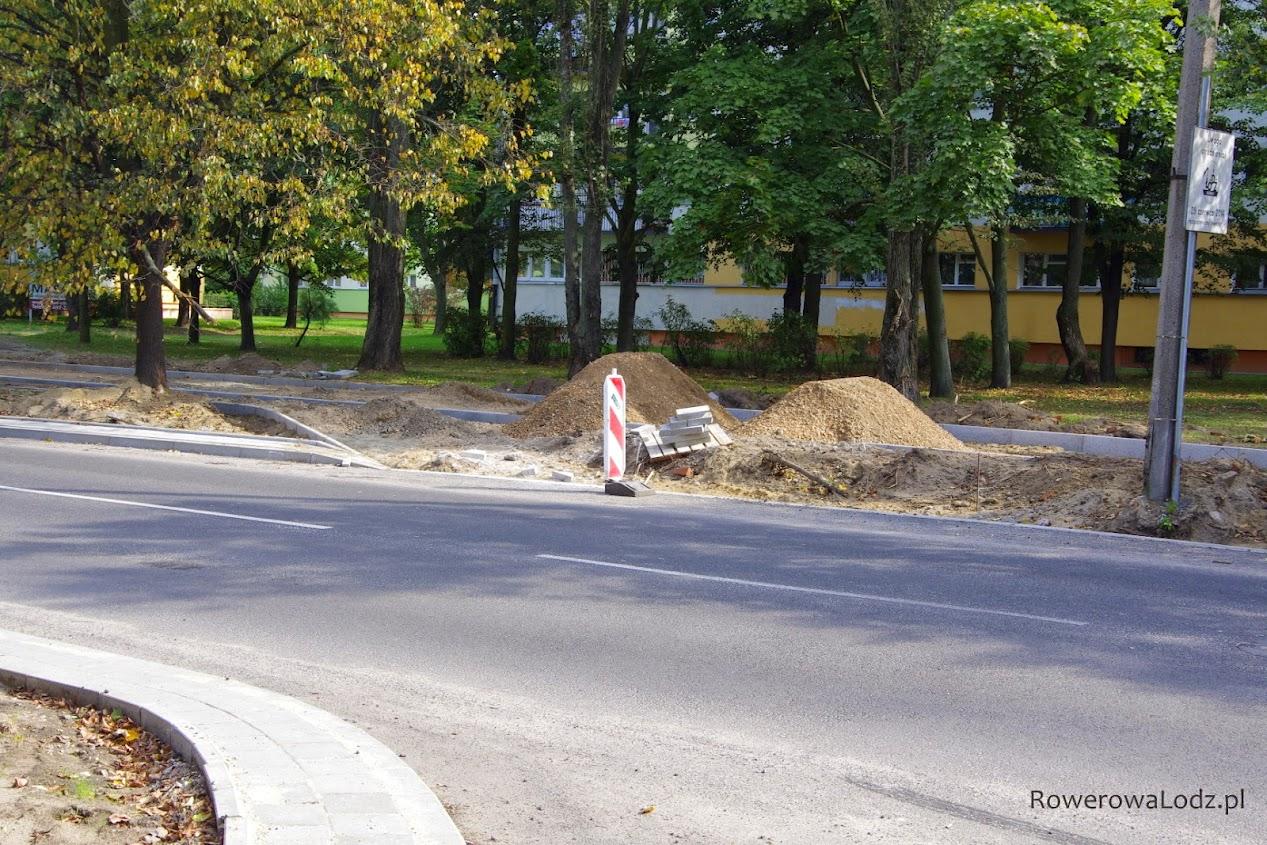 Po wschodniej stronie jakiś niezrozumiały wjazd - zamiast dociagnięcia rowerówki do ul. Klaretyńskiej