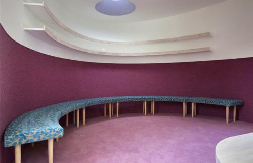 Chiếc sofa trong phòng hát được thiết kế theo hình cong của chiếc thuyền