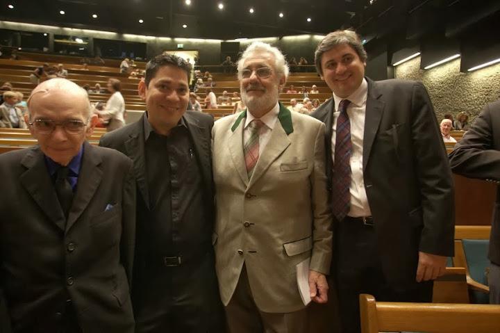 El maestro José Antonio Abreu junto a Leonardo Méndez, Plácido Domingo y Eduardo Méndez