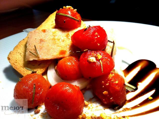 Ensalada de tomates cherry confitados con atún y cebolla tierna