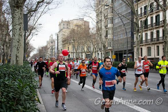 Barselona maratonunda koşan uçsuz bucaksız kalabalık