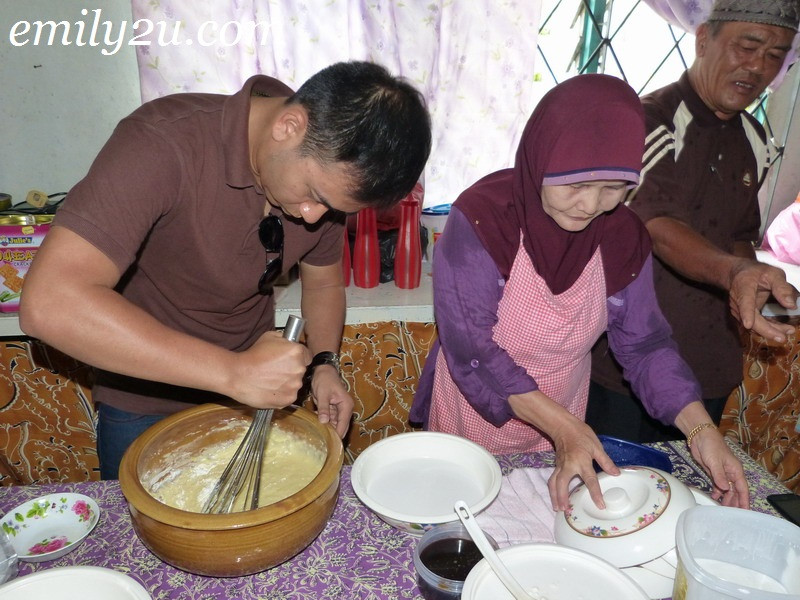 Making Kueh Sepit - Traditional Biscuit