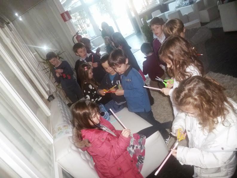 Niños fabricando varitas mágicas