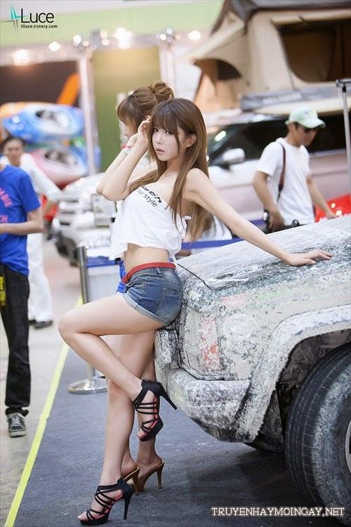 Thiên thần xe Hàn Quốc lấy khăn làm áo sexy bên xe