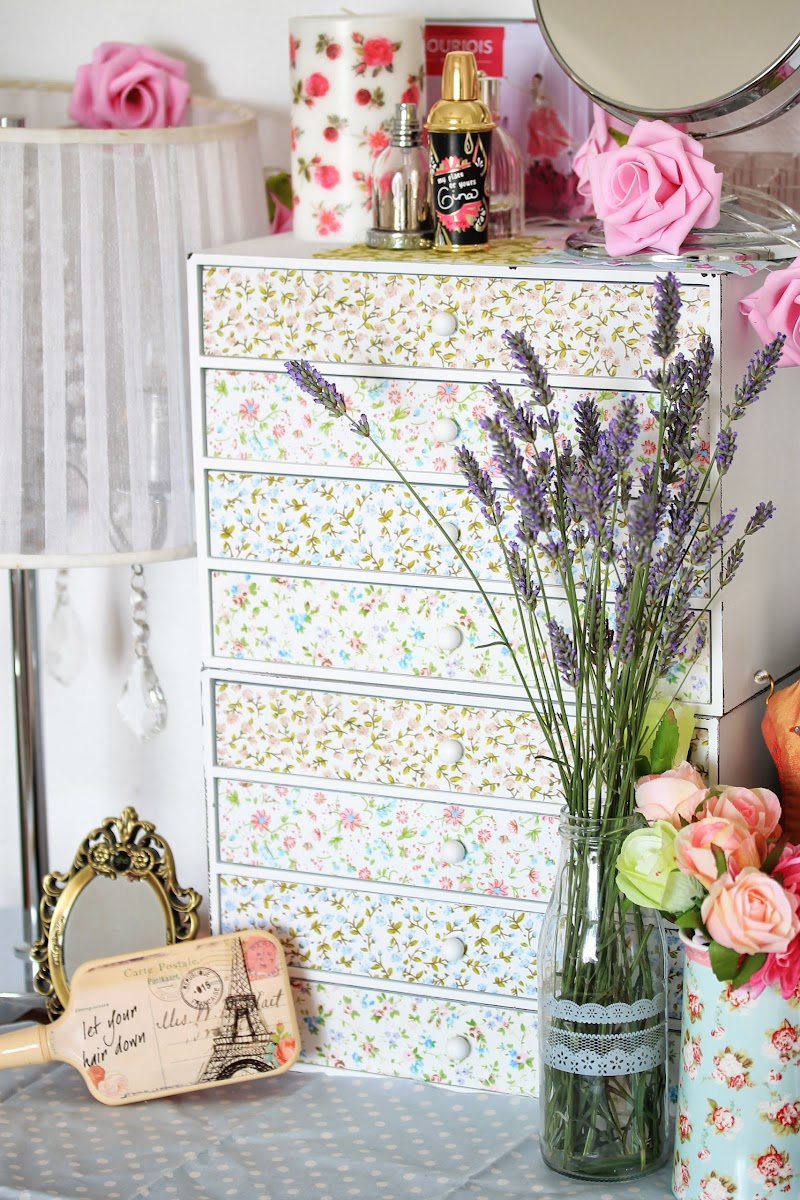 Mueble shabby chic para organizar el maquillaje by Tape Pink
