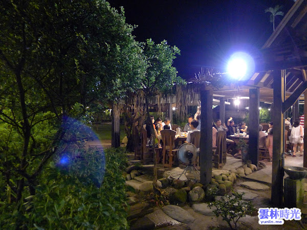 斗六-雨村生態休閒農場 在水池與花草樹木間用膳