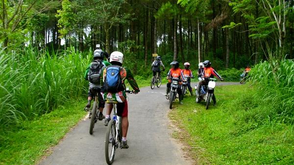 Dalam perjalanan menuju Kraton Gunung Kawi, kami bertemu dengan komunitas Adventure Trail yang baru saja mengunjungi Kraton Gunung Kawi.