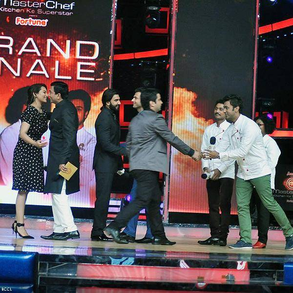 Sonakshi Sinha and Ranveer Singh greet the judges and the finalists at the grand finale of the cookery show Master Chef Season 3, held in Mumbai. (Pic: Viral Bhayani)