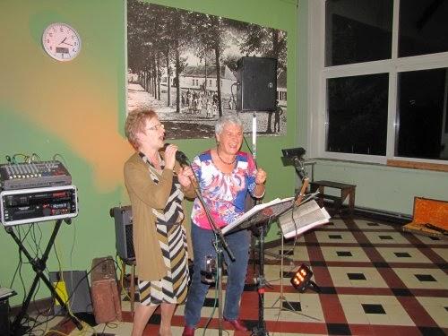 Een gastoptreden: 2 lieve dames uit het publiek mogen on stage en brengen hun ode aan de sixties...
