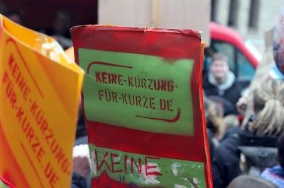 Plakat: »Keine Kürzung für Kurze«.