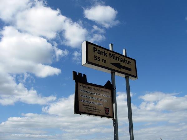 zamek ogrodzieniec - drogowskaz do parku miniatur