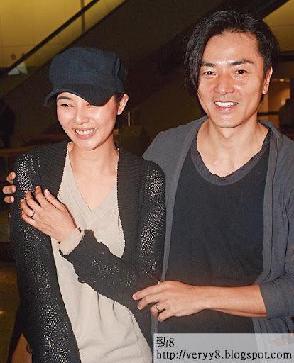 日本度蜜月返港,鄭生鄭太大曬結婚戒指。