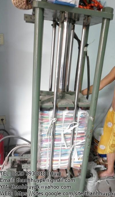 đóng gói hàng thời trang xuất khẩu bằng máy nén hiện đại