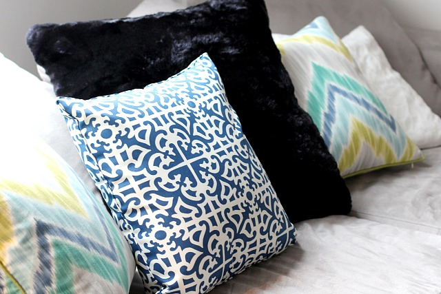 How to style a sofa: mixing pillows with patterns