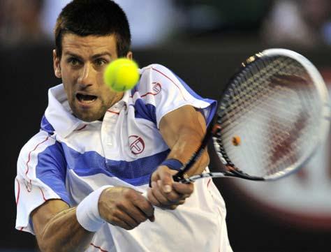 Novak Djokovic golpeando a la bola