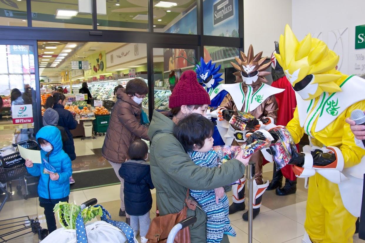 スーパーの店頭で食育活動を行うノースドラゴン