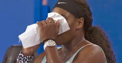 Serena Williams pede para beber café em momento insólito no torneio Hopman