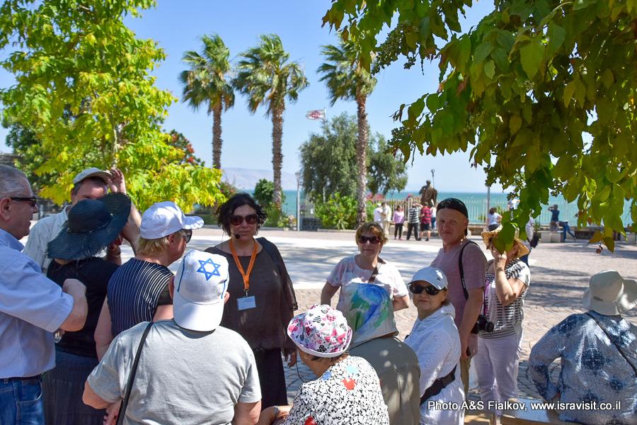 На берегу Кинерета в Капернауме. Экскурсия по Галилее. Гид в Израиле Светлана Фиалкова.