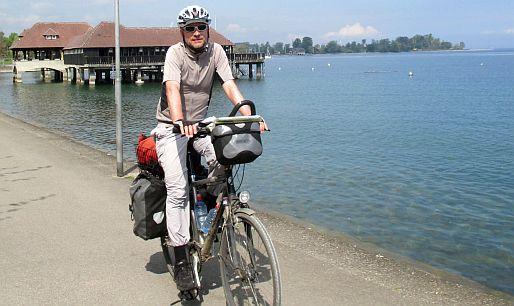 Chris on the Bike vor dem Badehaus von Rorschach am Bodensee, Schweiz