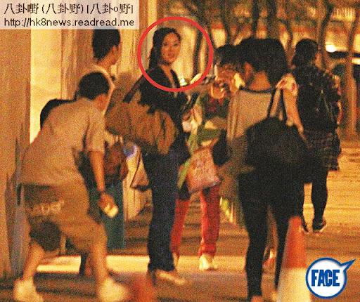 《耀保良》表演完後,張名雅(紅圈)於 TVB門外應酬一班 fans,之後再截的士返回大圍豪宅名城。