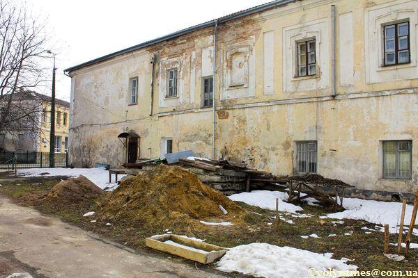 Церковне сміття біля Хрестовоздвиженського храму