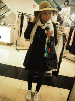 shopping,girl, germany, berlin, berliini, vaalea tyttö, peilikuva, mirror, hat, mall, forever 21, ostokset