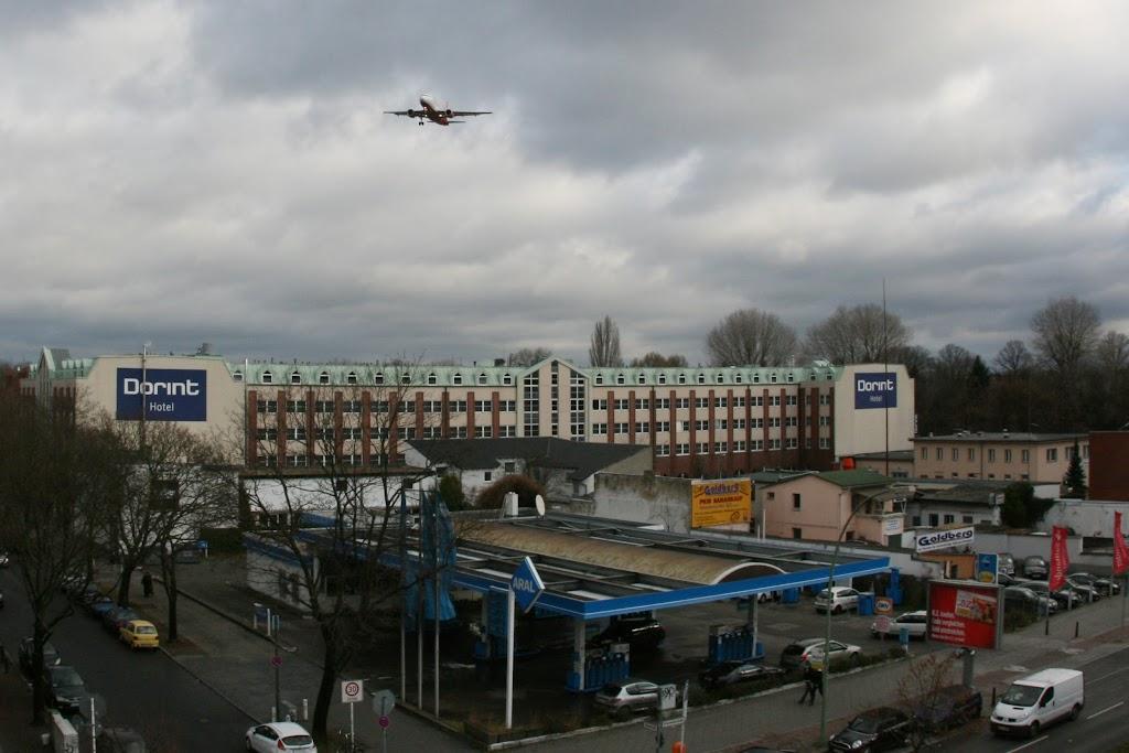 Über dem Dorint Hotel einschwebende Boeing von Air Berlin.