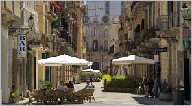 Sizilien - Trapani - Die Fußgängerzone (Corso Vittorio Emanuele) mit dem Palazzo Cavarretta.