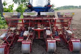 種まき部分と肥料のタンク